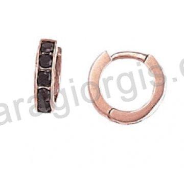 Σκουλαρίκια από ροζ χρυσό σε κρίκο με λευκές ή μαύρες πέτρες ζιργκόν