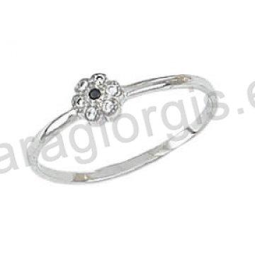 Δαχτυλίδι K14 λευκόχρυσο μοντέρνο με λουλούδι με μία μαύρη πέτρα ζιργκόν  στο κέντρο και άσπρες πέτρες dcb974ce1b2