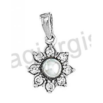 Μενταγιόν Κ14 λευκόχρυσο σε σχήμα λουλουδιού με πέρλα και άσπρες πέτρες ζιργκόν