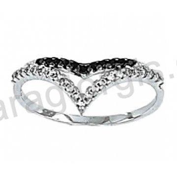 Μοντέρνο λευκόχρυσο δαχτυλίδι Κ14 με άσπρες και μαύρες πέτρες ζιργκόν και μαύρο πλατίνωμα