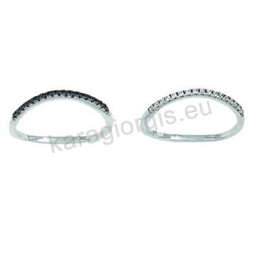 Σειρέ δαχτυλίδι σε λευκόχρυσο Κ14 με άσπρες ή μαύρες πέτρες ζιργκόν.