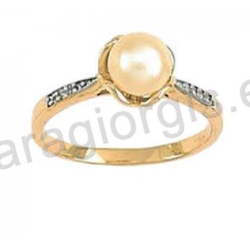 Μονόπετρο δαχτυλίδι σε χρυσό Κ14 με κεντρικό μαργαριτάρι και πλαϊνές πέτρες ζιργκόν.