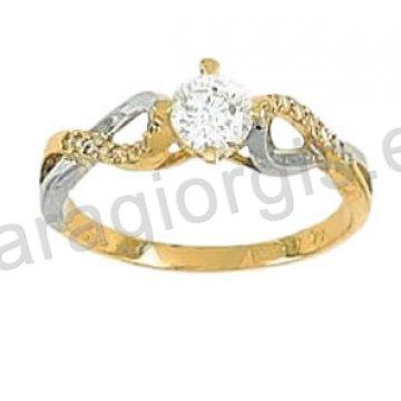 Μονόπετρο δαχτυλίδι σε χρυσό Κ14 με πέτρα στο κέντρο και πλαϊνές χιαστή πέτρες ζιργκόν.