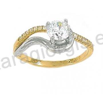 Μονόπετρο δαχτυλίδι χρυσό Κ14 με πέτρα στο κέντρο και πλαϊνές πέτρες ζιργκόν με λευκόχρυσο.