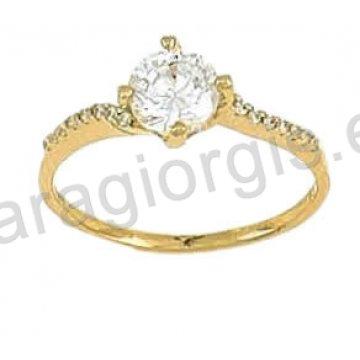 Μονόπετρο δαχτυλίδι χρυσό Κ14 σε φλόγα με πέτρα στο κέντρο και πλαϊνές πέτρες ζιργκόν.