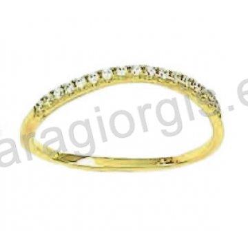 Δαχτυλίδι χρυσό Κ14 σε σειρέ οβάλ με άσπρες πέτρες ζιργκόν.