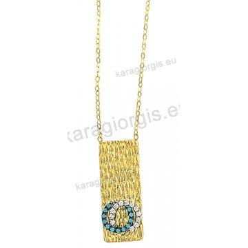 Κολιέ χρυσό Κ14 με κρεμαστό πλακάκι σε σφυρήλατο φινίρισμα και άσπρες πέτρες ζιργκόν.