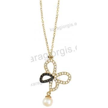 Κολιέ χρυσό Κ14 με κρεμαστή πεταλούδα με ένθετη πέρλα σε άσπρες και μαύρες πέτρες ζιργκόν.