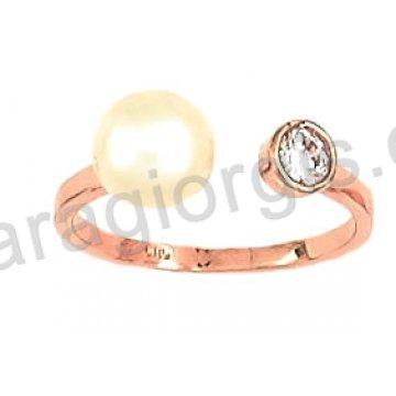 Δαχτυλίδι rose gold σε ροζ χρυσό Κ14 τύπου cavaliere με άσπρη πέρλα και μονόπετρο ζιργκόν στο πλάι.
