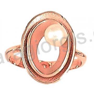 Δαχτυλίδι rose gold σε ροζ χρυσό Κ14 σε οβάλ με άσπρη πέρλα στο κέντρο.