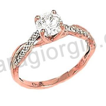 Μονόπετρο δαχτυλίδι rose gold σε ροζ χρυσό Κ14 σε φλόγα με κεντρική πέτρα και πλαϊνές πέτρες ζιργκόν.