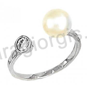 Δαχτυλίδι λευκόχρυσο με πέρλα και πλαϊνή πέτρα ζιργκόν σε 14 καράτια.
