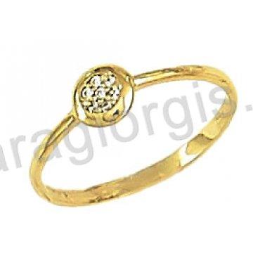 Δαχτυλίδι χρυσό 14 καράτια με στόχο στο κέντρο με άσπρες πέτρες ζιργκόν.
