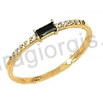Δαχτυλίδι χρυσό 14 καράτια σε σειρέ με παγέτα και άσπρες πέτρες ζιργκόν.