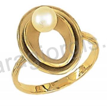 Δαχτυλίδι χρυσό fashion με άσπρη πέρλα και πέτρες ζιργκόν σε 14 καράτια.