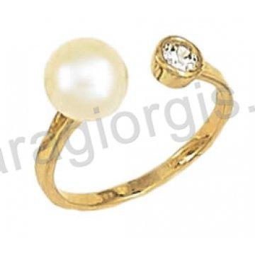 Δαχτυλίδι τύπου cavalier χρυσό με άσπρη πέρλα σε 14 καράτια.