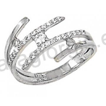 Δαχτυλίδι λευκόχρυσο με πέτρες ζιργκόν σε 14 καράτια.