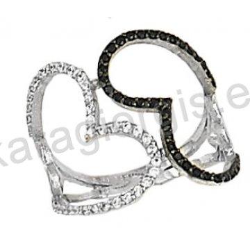 Δαχτυλίδι λευκόχρυσο με άσπρες και μαύρες πέτρες ζιργκόν με καρδιές σε 14 καράτια.