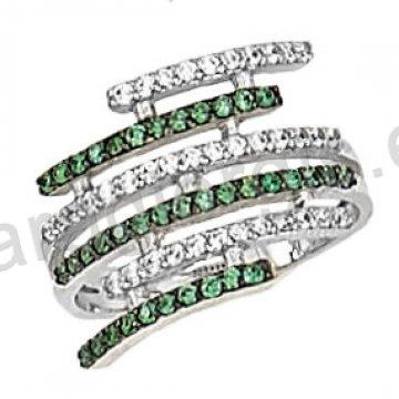 Δαχτυλίδι λευκόχρυσο με άσπρες και πράσινες πέτρες ζιργκόν σε 14 καράτια.