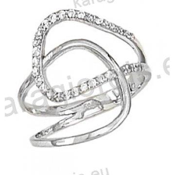 Δαχτυλίδι λευκόχρυσο με άσπρες πέτρες ζιργκόν σε ελικοειδές σχέδιο σε 14 καράτια.