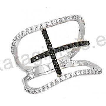 Δαχτυλίδι λευκόχρυσο με άσπρες και μαύρες πέτρες ζιργκόν με σταυρό σε 14 καράτια.