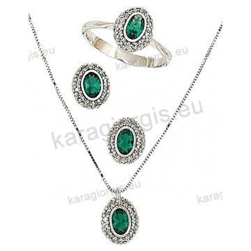 Σετ λευκόχρυσο σε Κ14 με κολιέ, σκουλαρίκια, δαχτυλίδι σε οβαλ ροζέτα με πράσινες πέτρες ζιργκόν σε χρώμα σμαραγδί.